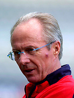 Fotball<br /> England trener før kampen mot Ukraina<br /> 17.08.2004<br /> Foto: SBI/Digitalsport<br /> NORWAY ONLY<br /> <br /> England coach Sven Göran Eriksson with a nasty cut or bruise on the left side of his face watches on at training.