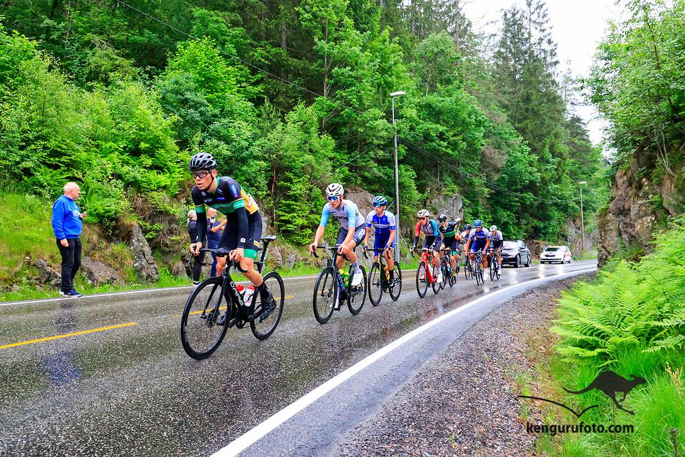 Fra herrenes elite start under NM på sykkel 2021 i Kristiansand. Her passerer et utbrudd med ni ryttere toppen av bakken i Vennesla.