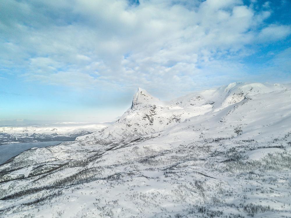 Tøtta er et fjell rett øst for byen Narvik i Nordland. Fjellet er synlig fra store deler av Narvik. Den består av to topper: Beisfjordtøtta (1448 moh) og Tøttatoppen/Rombakstøtta (1234 moh). Dronefoto tatt med DJI Mavic Pro.