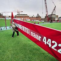 Nederland, Amsterdam , 8 december 2009..Eenmansactie van dhr. Nan gericht tegen de uitstel van opening van Stedelijk Museum met tekst: sms Doe iets! Naar 4422.