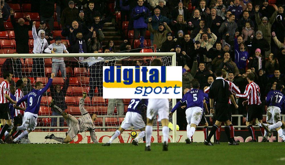 Photo: Andrew Unwin.<br />Sunderland v Everton. The Barclays Premiership. 31/12/2005.<br />Sunderland's goalkeeper, Kelvin Davis, is beaten by a late header from Everton's Tim Cahill (R).