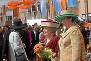 Her Majesty the queen and members of the royal family celebrate Saturday 29 April 2006 Queensday in the province flevoland in the cities  Zeewolde and almere.<br /> <br /> Hare Majesteit de Koningin en leden van de Koninklijke Familie vieren zaterdag 29 april 2006 Koninginnedag mee in de provincie Flevoland en wel in Zeewolde en Almere.<br /> <br /> On the Photo / Op dce foto: The Queen walks through the streets of Almere / De Koningin loopt door de straat van Almere