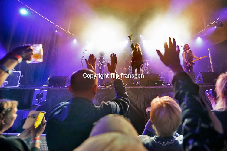 Nederland, Deest, 17-8-2019Rockfestival Zeeltje Rock . Blues zangeres Stacie, Stacy Collins bedankt het enthousiaste publiek . Het kleine festival trekt vooral rockers en bluesliefhebbers . Er waren een kleine 1000 bezoekers .Foto: Flip Franssen