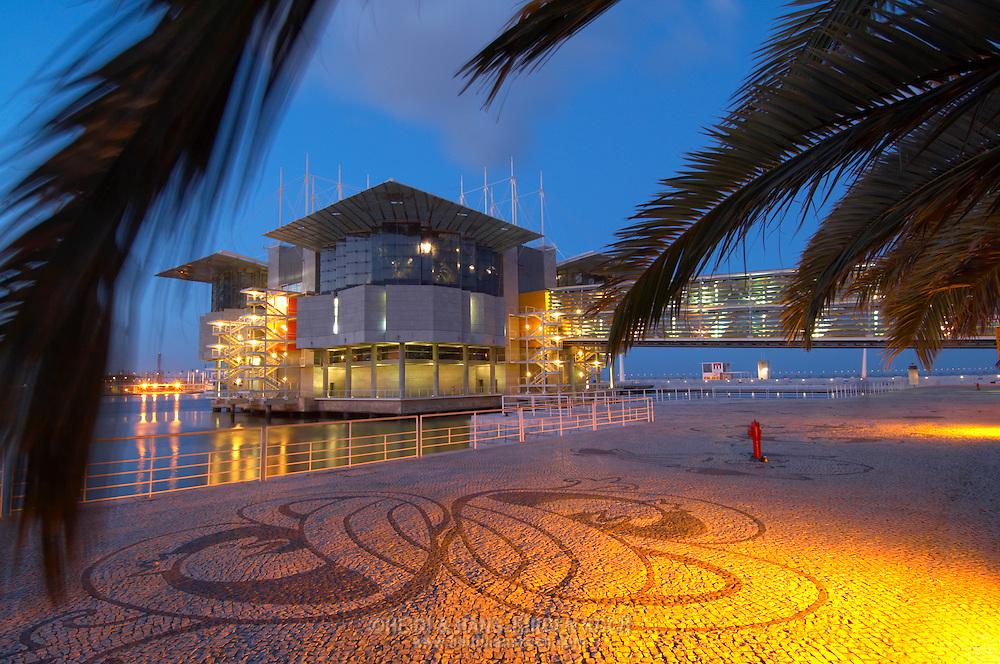 PRT, Portugal: Oceanario de Lisboa, das zweitgroesste seiner Art weltweit, Vorplatz des Aquariums in Abendstimmung, erleuchtet, Lissabon, Lissabon | PRT, Portugal: Oceanario de Lisboa, the second largest world wide, forecourt of the illuminated Aquarium in the evening, Lisbon, Lisbon |