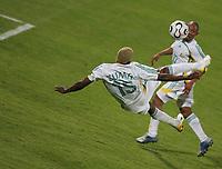 Sibussio Zuma Suedafrika mit akrobatischer Einlage<br /> Africa Cup 2006 Suedafrika - Guinea