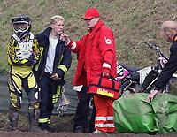 Motor / Motorsykkel / Motocross<br /> 13.05.2007<br /> Foto: imago/Digitalsport<br /> NORWAY ONLY<br /> <br /> Silje Vagle (Norwegen / KTM, li.) wird von einem Rennarzt von der Piste geschickt