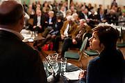 Ruth Peetoom (rechts) luistert naar een antwoord van Martijn Vroom (links). In Den Haag kunnen leden van het CDA kennismaken met de zes kandidaten voor het partijvoorzitterschap. Na een pitch, volgt een speeddate.
