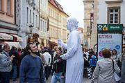 Phantominen Künstler am unteren Wenzelsplatz.