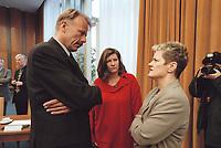 17 JAN 2001, BERLIN/GERMANY:<br /> Juergen Trittin, B90/Gruene, Bundesumweltminister, Charima Reinhard, Regierungssprecherin, und Renate Kuenast, B90/Gruene, Verbraucherschutzministerin, im Gespraech, vor Beginn der Kabinettsitzung, Bundeskanzleramt<br /> IMAGE: 20010117-01/01-36<br /> KEYWORDS: Kabinett, Renate Künast, Jürgen Trittin, Gespräch