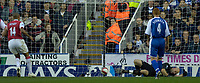 Photo: Daniel Hambury.<br />Reading v Arsenal. The Barclays Premiership. 22/10/2006.<br />Arsenal's Theirry Henry scores from the spot. 0-4.