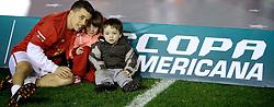 Andres D'Alessandro comemora com os filhos a Recopa Sulamericana 2011 após venceer por 3x1 o Independiente, da Argentina, no Estadio Beira Rio em Porto Alegre. FOTO: Jefferson Bernardes/Preview.com