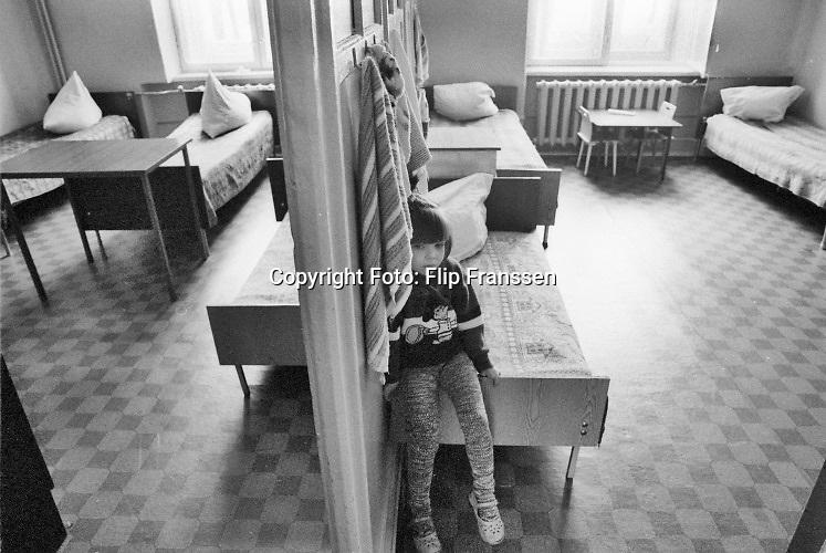 Rusland, Pskov bij St Petersburg, 28-3-1996  Serie mbt de gezondheidszorg in het rusland van na het communisme . Jelsin is president en het land verkeert is grote economische en maatschappelijke crisis . De toestand van de zorg, zieknhuizen, is dplorabel en een gevaar voor de volksgezondheid .Beelden van verschillende afdelingen in het centraal ziekenhuis van deze stad zoals de kinderafdeling, geriatrie, hospice, en algemeen beeld van patienten met meerdere op kleine kamers . Foto: ANP/ Hollandse Hoogte/ Flip Franssen