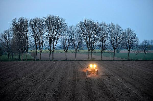 Nederland, Tolkamer, 1-4-2014En de boer hij ploegde voort. Boer is tot diep in de avond bezig met zijn trekker de grond te bewerken. Foto: Flip Franssen/Hollandse Hoogte