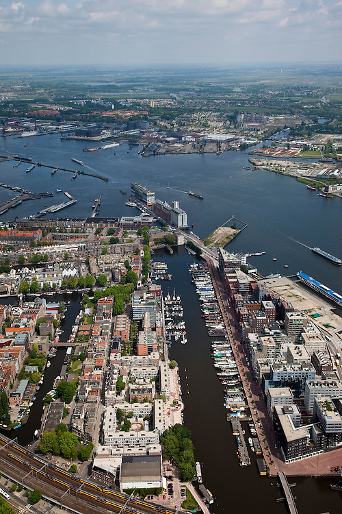 Nederland, Amsterdam, Zuidelijke IJoever,  25-05-2010. De Westelijke Eilanden (Bickerseiland, Prinseneiland en Realeneiland). Rechts Westerdokseiland, Silodam en Stenedn Hoofd in het verschiet..Former western Docklands and harbours, in the water of the IJ new peninsula..luchtfoto (toeslag), aerial photo (additional fee required).foto/photo Siebe Swart