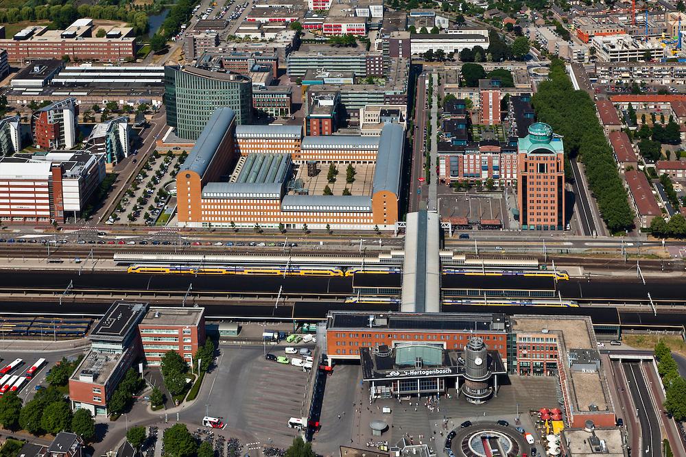 Nederland, Noord-Brabant, Den Bosch, 08-07-2010; Stationsgebied met Stationspassage en in de omgeving van het station vastgoed- en projectontwikkeling, luxe appartementen. Boven in beeld het nieuwe Paleiskwartier ('de nieuwe binnenstad') op de plaats van een voormalige bedrijventerrein..Station Area, real estate and property development, luxury apartments. West of the station the new Paleiskwartier ('new downtown') at the site of a former industrial site..luchtfoto (toeslag), aerial photo (additional fee required).foto/photo Siebe Swart