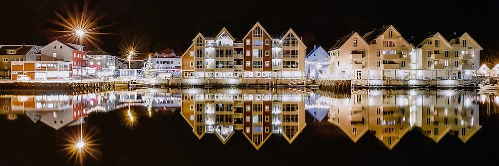 Fosnavåg Brygge by Night. Fosnavåg, Norway   Fosnavåg Brygge om natten. Fosnavåg, Norge.