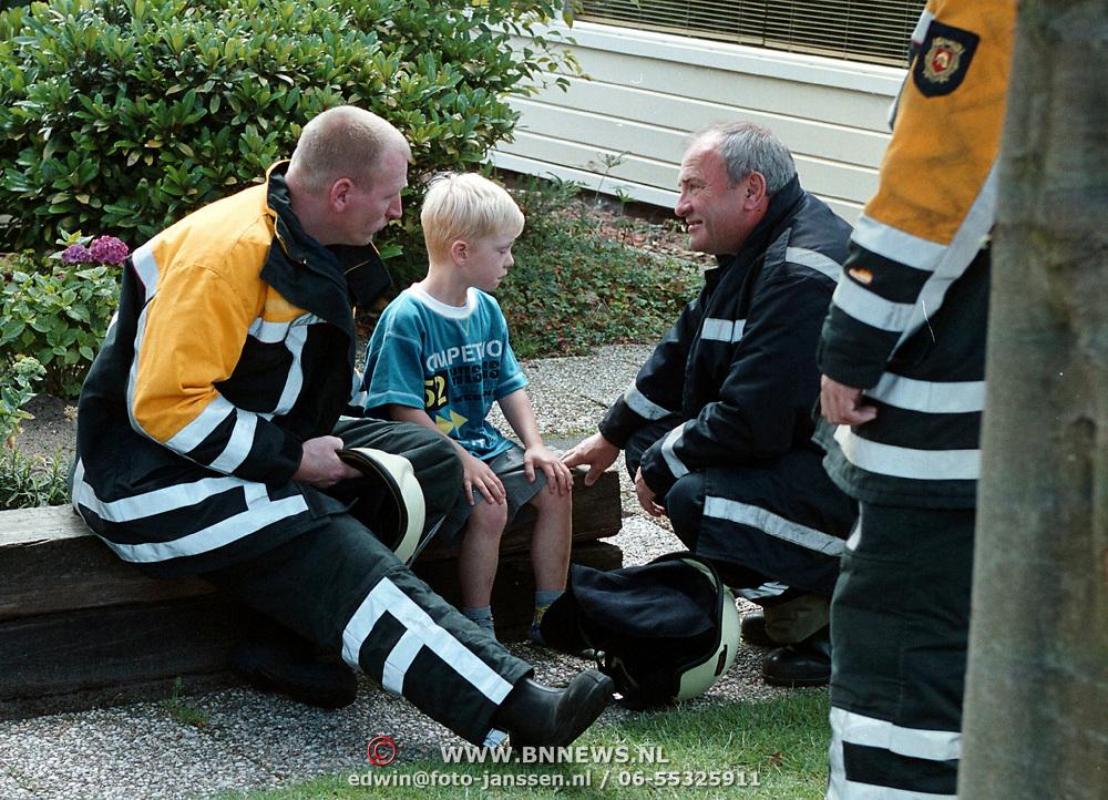 Brand Huizen, jongetje geschrokken word gestroost brandweermannen