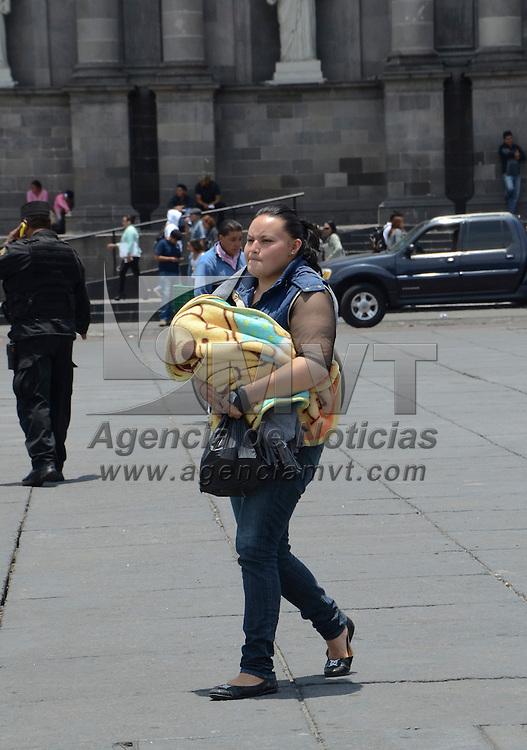 Toluca, México (Mayo 9, 2016).- A un día de celebrarse el Día de la Mamá algunas mujeres pasean con sus hijos en el centro de Toluca.  Agencia MVT / José Hernández.
