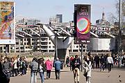 Engeland, Londen, 10-4-2019Centrum van de stad. Tate modern art museum . Oostelijk deel van het centrum, de city, het financiele district met hoogbouw van banken en kantoren . St pauls cathedral, theems, thames . Architectuur,modern,moderne,zakenbanken,banken,zakelijk,centrum . Milleniumbidge, milleniumbrug. Mensen op straat, straatbeeld, stadsbeeld .Foto: Flip Franssen