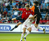Fotball, 17. august 2005, Privatkamp, Norge - Sveits,<br /> Morten Gamst pedersen, Norge mot Philipp Degen og Pascal Zuberbühler, Sveits<br /> Norway - Switzerland,