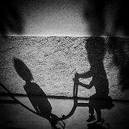 France, Paris, Le marais, Place des Vosges parc, Children playing in the parkplaying in the parc / petit enfants jouant dans le parc de la place des vosges