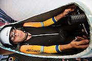 Sebastiaan Bowier kijkt of alles in de VeloX3 goed ligt. Het Human Power Team Delft en Amsterdam is aangekomen in Battle Mountain en begint met de voorbereidingen. In Battle Mountain (Nevada) wordt ieder jaar de World Human Powered Speed Challenge gehouden. Tijdens deze wedstrijd wordt geprobeerd zo hard mogelijk te fietsen op pure menskracht. Ze halen snelheden tot 133 km/h. De deelnemers bestaan zowel uit teams van universiteiten als uit hobbyisten. Met de gestroomlijnde fietsen willen ze laten zien wat mogelijk is met menskracht. De speciale ligfietsen kunnen gezien worden als de Formule 1 van het fietsen. De kennis die wordt opgedaan wordt ook gebruikt om duurzaam vervoer verder te ontwikkelen.<br /> <br /> The Human Power Team Delft and Amsterdam has arrived in Battle Mountain and is preparing for the race. In Battle Mountain (Nevada) each year the World Human Powered Speed Challenge is held. During this race they try to ride on pure manpower as hard as possible. Speeds up to 133 km/h are reached. The participants consist of both teams from universities and from hobbyists. With the sleek bikes they want to show what is possible with human power. The special recumbent bicycles can be seen as the Formula 1 of the bicycle. The knowledge gained is also used to develop sustainable transport.