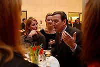 13 JAN 2003, BERLIN/GERMANY:<br /> Gerhard Schroeder (R), SPD Bundeskanzler, im Gespraech mit der SPD nahestehendend Schauspielerinnen  Ina Paule Klink (M), und Esther Schweins (L), Neujahrsempfang der SPD Bundestagsfraktion, Fraktionsebene, Deutscher Bundestag<br /> IMAGE: 20030113-02-077<br /> KEYWORDS: Gespräch, Gerhard Schröder