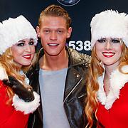 NLD/Amsterdam/20121222 - Inloop 538Jingleballs 2012, Ferry Doedens met 2 kerstengelen
