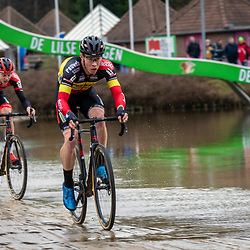 2020-02-08 Cycling: dvv verzekeringen trofee: Lille: Laurens Sweeck and Michael Vanthourenhout trying to keep contact with the leading group