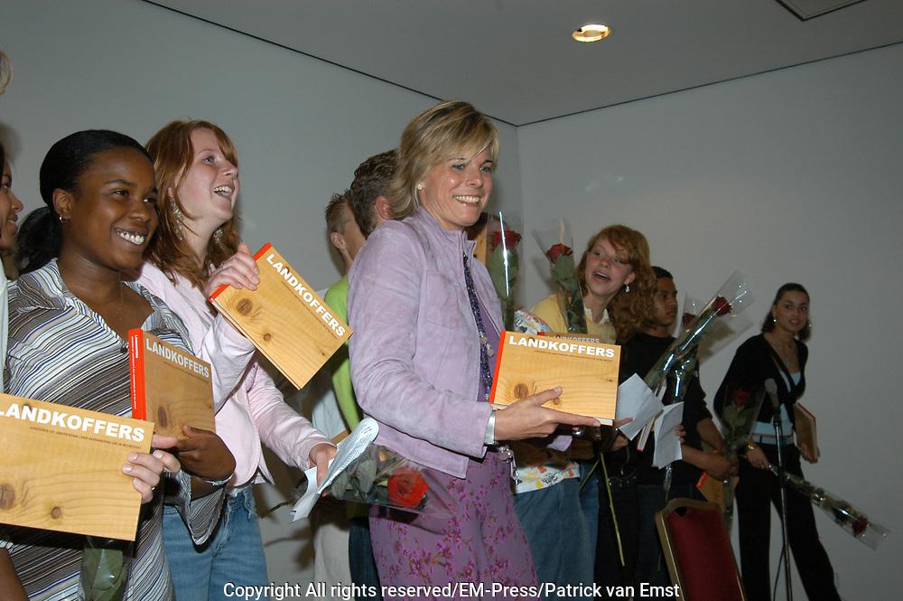 Prinses Laurentien neemt eerste exemplaar boek LANDKOFFERS in ontvangst te Amsterdam <br />   <br /> Hare Koninklijke Hoogheid Prinses Laurentien der Nederlanden neemt donderdag 10 juni 2004 het eerste exemplaar in ontvangst van het boek LANDKOFFERS Jongeren in Amsterdam, een herinnering die in mij woont in het Van Goghmuseum te Amsterdam. De boekpresentatie wordt geopend door Huub Oosterhuis, oprichter en voorzitter van het bestuur van de School der Poëzie. <br /> Het boek LANDKOFFERS, Jongeren in Amsterdam, een herinnering die in mij woont is een bundeling van gedichten en foto's van tweeëntwintig jongeren uit Amsterdam die aan het project Landkoffers hebben meegewerkt. Tijdens het project hebben de jongeren een kleine houten koffer vormgegeven met een persoonlijk gedicht als uitgangspunt. De koffer werd beschilderd en beplakt en soms plaatsten ze er foto's of kleine voorwerpen in. Fotograaf Theo Baart portretteerde de jongeren in hun eigen omgeving en Hock Khoe maakte foto's van de koffers die de jongeren hebben vervaardigd. Het boek is een initiatief van de School der Poëzie in samenwerking met de Openbare Bibliotheek Amsterdam en Kunstweb. De School der Poëzie organiseert sinds 1994 poëzieprojecten voor jongeren in het voortgezet onderwijs. De School probeert de verbeelding te prikkelen en de uitdrukkingsvaardigheid van jongeren te vergroten door middel van poëzie, beeldende kunst en theater.