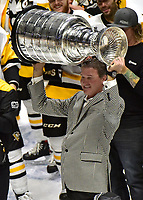 NASHVILLE, TN - JUNE 11:  Pittsburgh Penguins co-owner Mario Lemieux raises the Stanley Cup Trophy after they defeated the Nashville Predators 2-0 in Game Six of the 2017 NHL Stanley Cup Final at the Bridgestone Arena on June 11, 2017 in Nashville, Tennessee.  (Photo by Frederick Breedon/Getty Images)