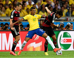 08.07.2014, Mineirao, Belo Horizonte, BRA, FIFA WM, Brasilien vs Deutschland, Halbfinale, im Bild Brazil's Luiz Gustavo (C) vies with Germany's Sami Khedira (R) // during Semi Final match between Brasil and Germany of the FIFA Worldcup Brazil 2014 at the Mineirao in Belo Horizonte, Brazil on 2014/07/08. EXPA Pictures © 2014, PhotoCredit: EXPA/ Photoshot/ Qi Heng<br /> <br /> *****ATTENTION - for AUT, SLO, CRO, SRB, BIH, MAZ only*****