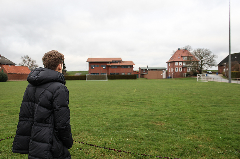 Fussball: 2. Bundesliga, Hansa Rostock, Hoopte, 13.01.2016<br /> Bentley Baxter Bahn zu Besuch bei seinem Jugendverein SG Elbdeich<br /> © Torsten Helmke