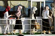 Turkije, Istanboel, 6-6-2015Een groepje jonge vrouwen, meisjes, vriendinnen, met hoofddoek stapt op de veerboot van het oostelijke deel naar het westelijk deel van de stad aan de bosporus . Zij zijn van rijke komaf, familie, en hebben gewinkeld .Foto: Flip Franssen
