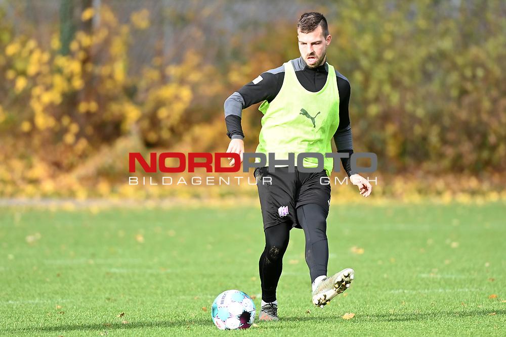 19.11.2020, Sportpark Illoshöhe, Osnabrück, GER, 2. FBL, Training VfL Osnabrück <br /> <br /> im Bild<br /> Kevin Wolze (VfL Osnabrück) am Ball.<br /> <br /> Foto © nordphoto / Paetzel