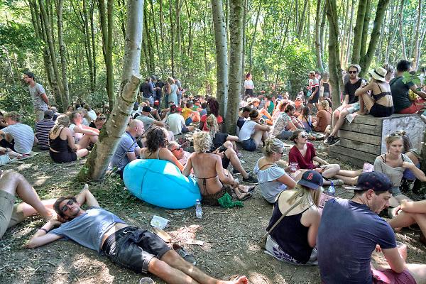 Nederland, Beuningen, Ewijk, 1-7-2018 Festival Down the Rabbit Hole , dtrh . Warm en stoffig op de derde dag van het festival . Mensen zochten de schaduw op voor verkoeiling .Foto: Flip Franssen