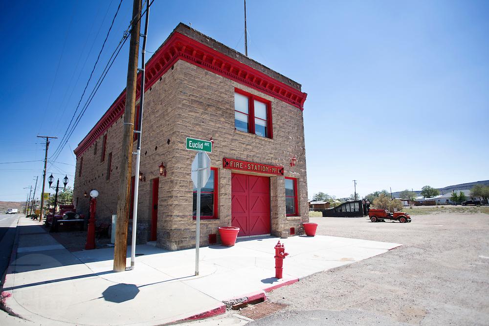 De brandweerkazerne doet nu dienst als museum. Goldfield, Nevada, is een bijna verlaten ghost town in Esmeralda County, gelegen aan de State Route 95. Tussen 1906 en 1910 was Goldfield de grootste plaats in de Amerikaanse staat Nevada met meer dan 20.000 inwoners. Momenteel leven er tussen de 200 en 300 mensen. Het plaatsje is groot geworden door de vondst van goud in 1902. Vanaf 1910 daalde het aantal inwoners snel en in 1923 is een groot deel verwoest door een brand. De overgebleven huizen zijn grotendeels verlaten, maar worden nog altijd onderhouden door de inwoners. Daarmee wordt de geschiedenis van de het plaatsje bewaard.<br /> <br /> The fire station functions as a museum nowadays. Goldfield, Nevada, is an almost deserted ghost town in Esmeralda County. Between 1906 and 1910, Goldfield was the largest town in the state of Nevada with more than 20,000 inhabitants. Currently, there are between 200 and 300 people. The town has grown with the discovery of gold in 1902. From 1910, the population declined rapidly, and in 1923 the town was largely destroyed by a fire. The remaining houses are largely abandoned, but are still maintained by the residents. This way the history of the town is preserved.