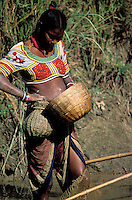 Nepal - Region du Teraï - Ethnie Rana Tharu - Peche dans les rizieres