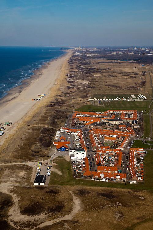 Nederland, Zuid-Holland, Monster, 18-03-2009; De kust van Delfland bij Ter Heijde is een van 'Zwakke Schakels' in de zeewering door de geringe breedte van de duinen. De strekdammen, de Delflandse Hoofden, zorgen voor extra bescherming. De kust zal worden versterkt door middel van zandsuppletie waarbij het strand extra breed wordt tot aan Schevingen (aan de horizon).  The coast near Ter Heijde is known as one of the 'weak links' because of the small width of the dunes. The dams, breakwaters, are known als The Heads of Delfland and give extra protection. The coast will be strengtede by means of sand-supplementation.Swart collectie, luchtfoto (toeslag); Swart Collection, aerial photo (additional fee required); .foto Siebe Swart / photo Siebe Swart
