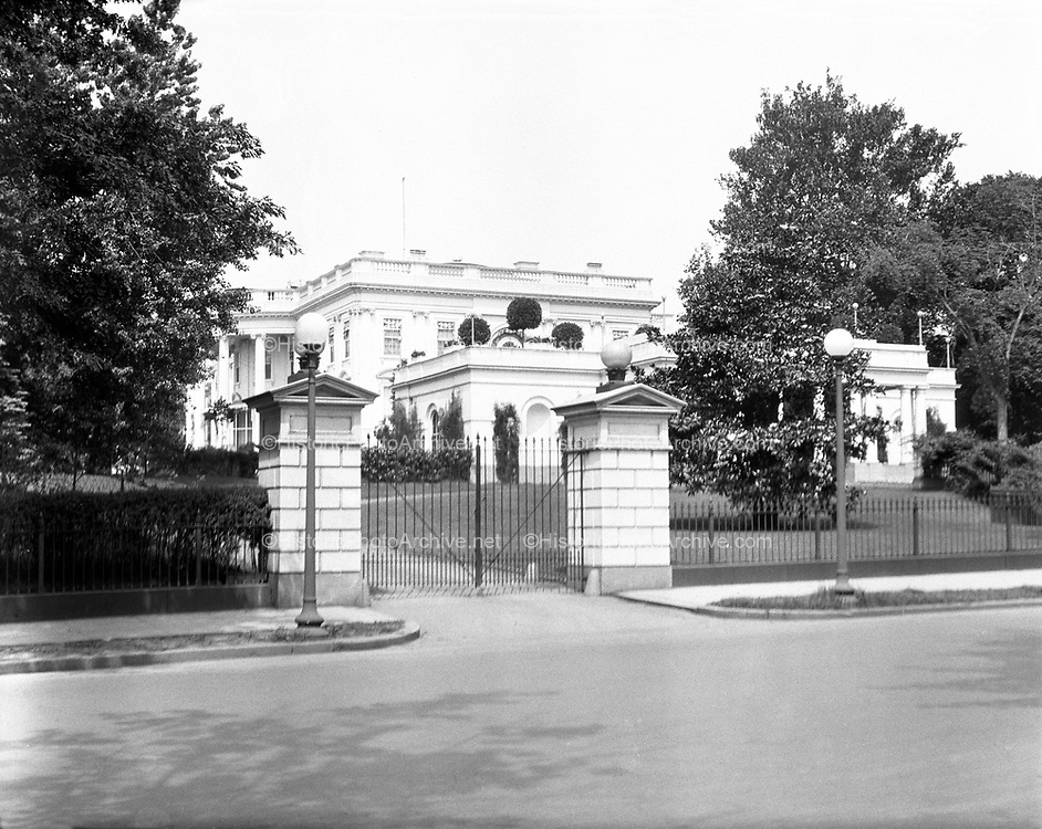 0613-B094.  North gate of the White House, Washington, DC, 1922
