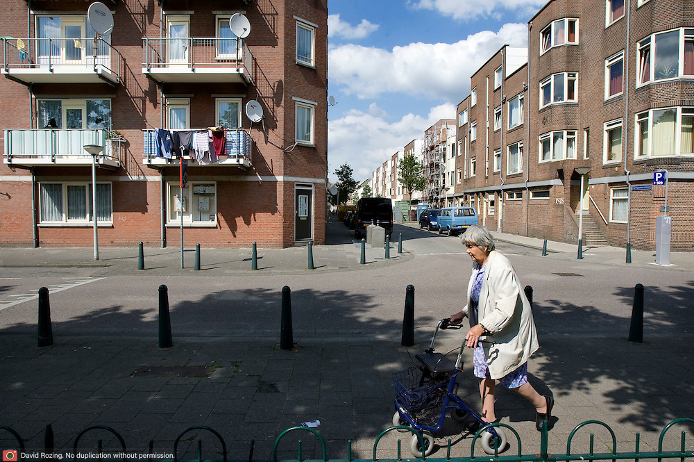 Nederland Rotterdam 28 mei 2008 20080528 Foto: David Rozing .Achterstandswijk Bospolder, vrouw wandelt met rollator door wijk ..Foto David Rozing