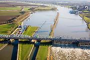 Nederland, Noord-Brabant, Grave, 11-02-2008; stuw in de rivier de Maas, dient om de waterloop te reguleren en het peil te beheren; de Maas is een regenrivier, met met name in de winter grote wateraanvoer (ook door smeltwater); het water boven de stuw - naar het Zuidoosteln - is hoger, rechts Grave; links in beeld de schutsluis voor binnenvaartschepen; de vakwerkbrug is voor de lokale weg over de rivier; peil, waterpeil, kanalisatie, waterhuishouding..luchtfoto (toeslag); aerial photo (additional fee required); .foto Siebe Swart / photo Siebe Swart
