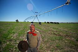 João Albino de Medeiros Farias, advogado e fazendeiro na sua propriedade em Santo Ângelo, no interior do Rio Grande do Sul. FOTO: Jefferson Bernardes/Preview.com