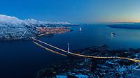 Hålogalandsbrua ble raskt et landemerke for Narvikregionen. Ikke bare er brua et skue i seg selv, men kulissene er også magiske. OBS: Bildet er tatt med drone i dunkel belysning, følgelig er skarphet deretter.