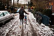 In Utrecht loopt een fietser door de sneeuw. Door hevige sneeuwval is het verkeer ontregeld. Ondanks het strooien zijn veel wegen en fietspaden nauwelijks berijdbaar.<br /> <br /> In Utrecht cyclists ride in the snow. Due to heavy snowing the traffic has lots of problems, even though the roads are de-iced most of the roads and bike lanes are hard to ride on.