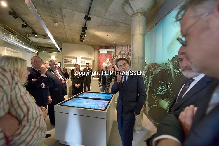 Nederland, Nijmegen, 23-2-2019In gebouw de Lindenberg is vandaag het Infocentrum Nijmegen WO2 geopend .Het is een klein informatiecentrum met veel beleving over de oorlogsjaren, de Duitse bezetting en bevrijding via operatie Market Garden, van Nijmegen. Er werd gesproken door Burgemeester Bruls, de voorzitter van het Vfonds R. Croll en P. Drenth, gedeputeerde van Gelderland. De laatste twee ondertekenden een overeenkomst voor financiering van de Gelderse herdenkingsfestiviteiten rond 75 jaar bevrijding in 2020.In de middag waren er lezingen van Thom de Graaf, Ozcan Akyol ( Eus ) en geschiedenisleraar van het jaar Martijn Vermeulen .Foto: Flip Franssen