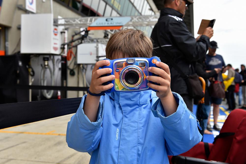 Young fan, Atmosphere<br /> Tuesday 12 June 2018<br /> 24 Hours of Le Mans<br /> Verizon IndyCar Series<br /> Circuit de la Sarthe  FR<br /> World Copyright: Scott R LePage<br /> LAT Images