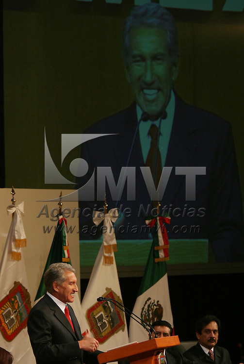 Toluca, Méx.- Arturo Montiel Rojas, gobernador del estado de Mexico al pronunciar su discurso en la ceremonia de la ereccion del Estado Libre y Soberano de Mexico. Agencia MVT / Mario Vazquez de la Torre. (DIGITAL)<br /> <br /> NO ARCHIVAR - NO ARCHIVE