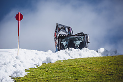 THEMENBILD - Pistenraupen präparieren den Schnee aus dem Schneedepot vom Sommer, aufgenommen am 12. Oktober 2018, Jochberg, Österreich // Snow groomers prepare the snow from the summer depot on 2018/10/12, Ort, Austria. EXPA Pictures © 2018, PhotoCredit: EXPA/ Stefanie Oberhauser