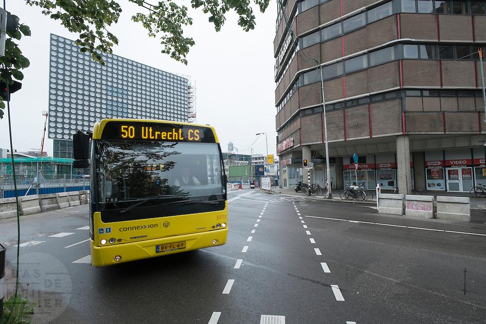 Bij het Smakkelaarsveld in Utrecht rijdt lijn 50 van Connexxion langs de bouwplaats.<br /> <br /> At Smakkelaarsveld in Utrecht a bus is passing the construction area.